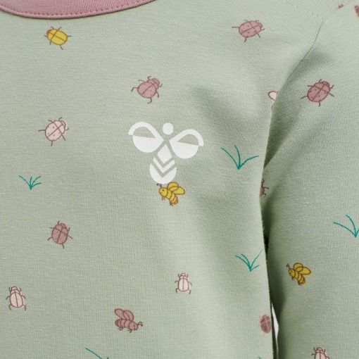 Hummel t-shirt - bluse - Ella - Desert Sage - Pastel grøn m. insekt print